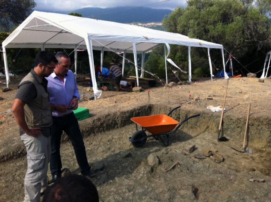 El Alcalde Juan Carlos Ruíz junto al arqueólogo Jesús Román