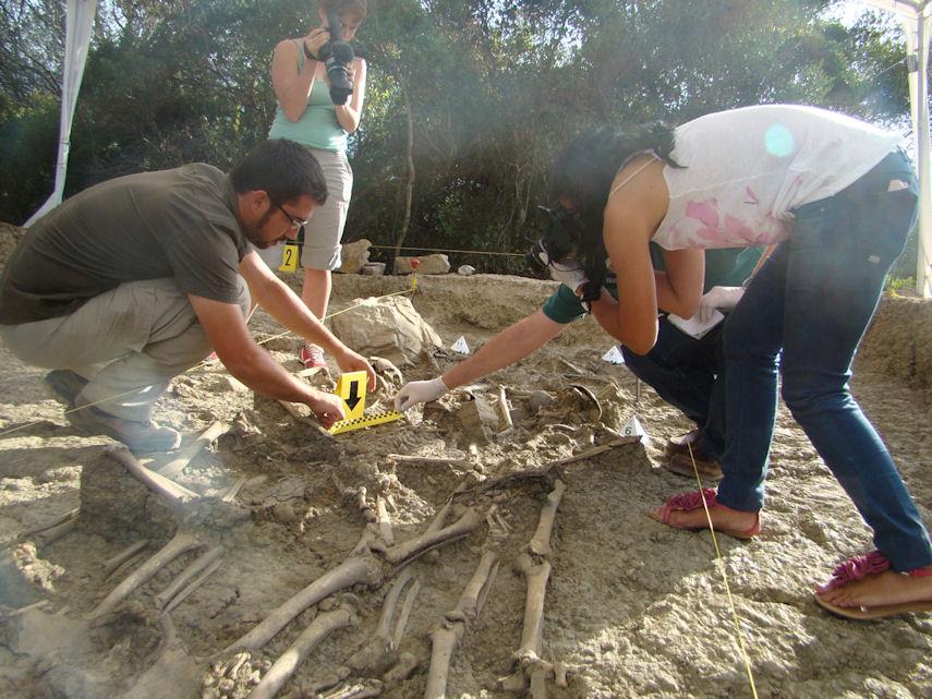 Miembros del Servicio de Investigación Criminalística de la Comandancia de la Guardia Civil de Cádiz inspeccionan una de las fosas comunes del Marrufo, en presencia del arqueólogo, Jesús Román.