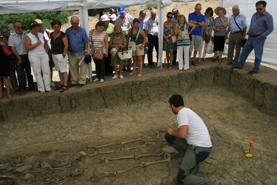 Los familiares atienden las explicaciones del arqueólgo Jesús Román en la primera fosa común del Marrufo. Foto: M. Ramírez