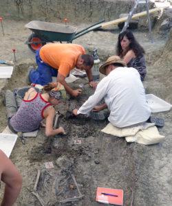 Labores de exhumación en la fosa 4 del Marrufo
