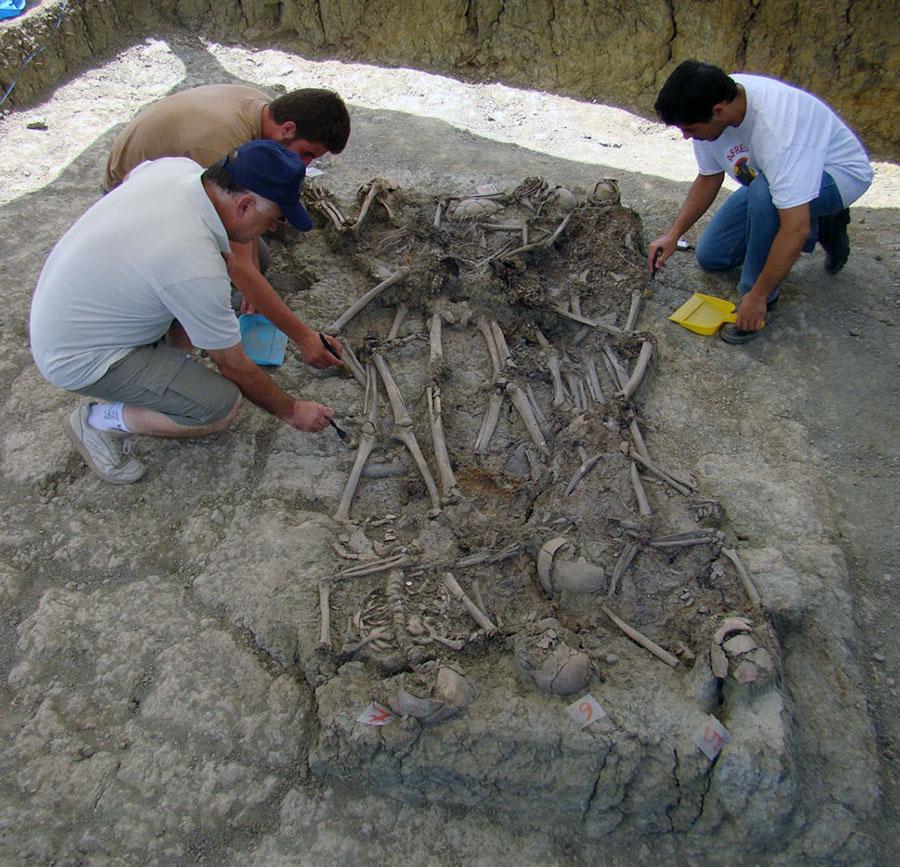 Proceso de limpieza de los cuerpos aparecidos en la fosa número 3 del Marrufo