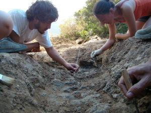 Trabajos de localización de los restos óseos de la fosa número 5 del Marrufo