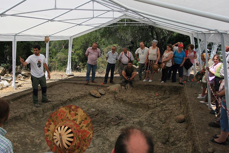 Familiares de desaparecidos, el día que este verano visitaron las excavaciones del Marrufo, oyen las explicaciones del arqueólogo Jesús Román.
