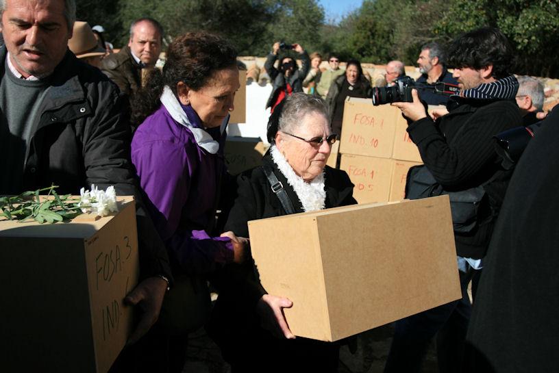 Familiares de represaliados portando los restos