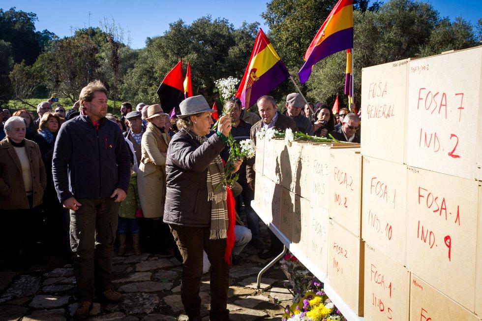 Un momento del homenaje en el cementerio de La Sauceda. / JUAN CARLOS TORO
