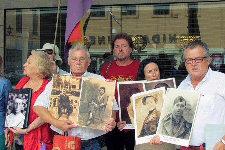 Concentración de familiares de represaliados de la Sauceda y el Marrufo, en Sevilla.