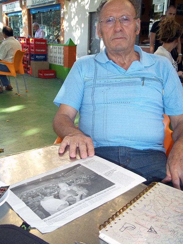 José Ortega ante un recorte del homenaje