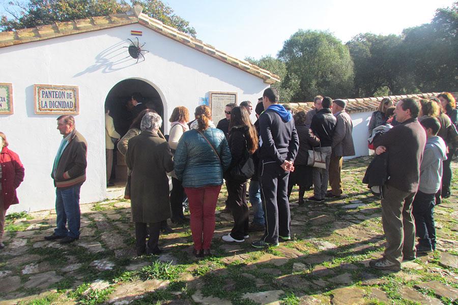 Homenaje junto al mausoleo de la Sauceda