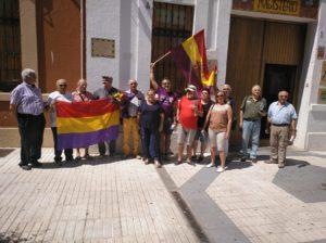 José María Ayala, en el centro de la foto, en otro momento del acto en la puerta del antiguo cuartel de Ballesteros.