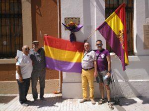 José María Ayala con compañeros del foro en un a cto de home naje a las víctimas del cuartel de Ballesteros.
