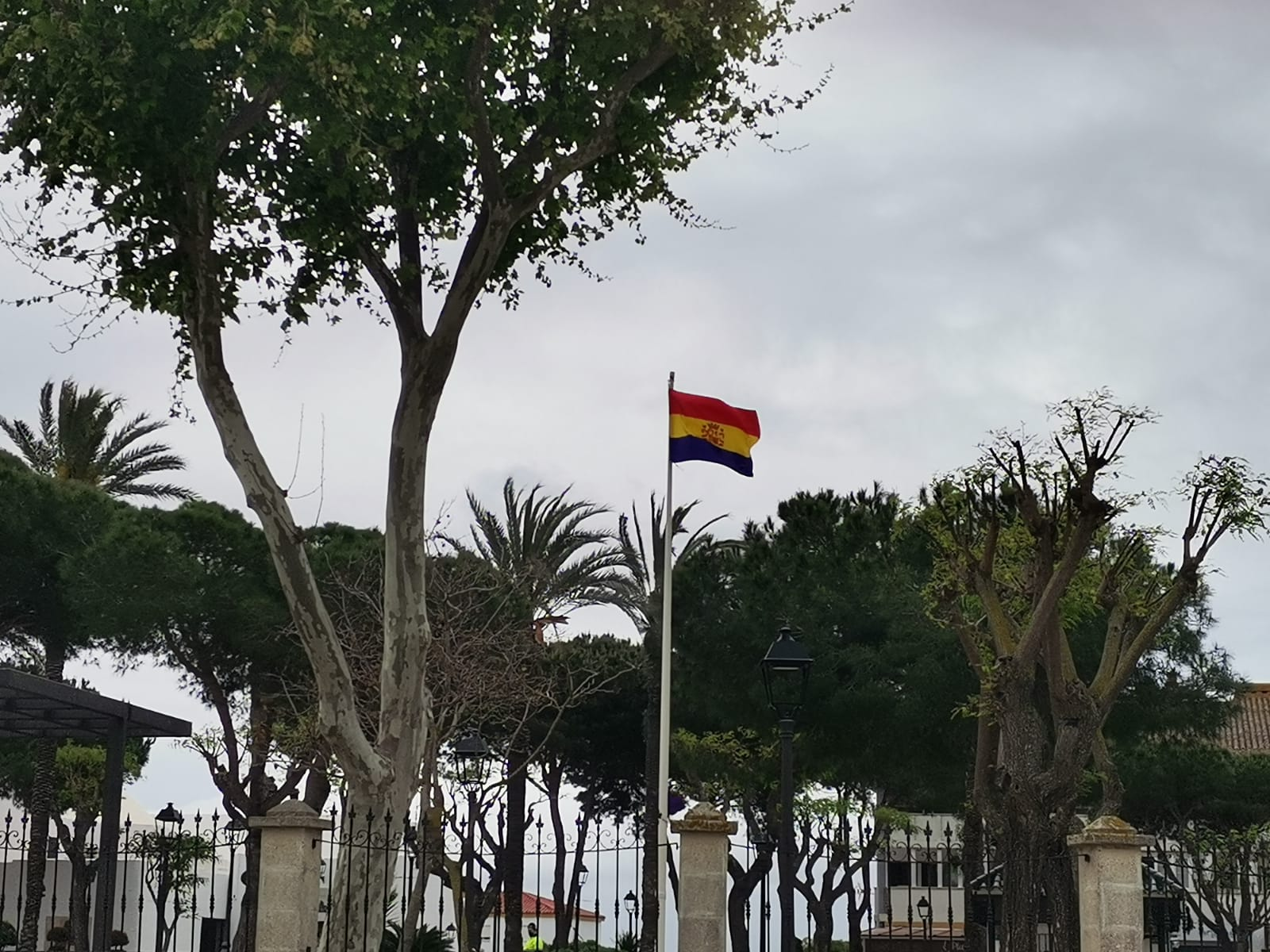 La bandera republicana ondea en la Alameda de San Roque. Martes, 13 de abril de 2021.