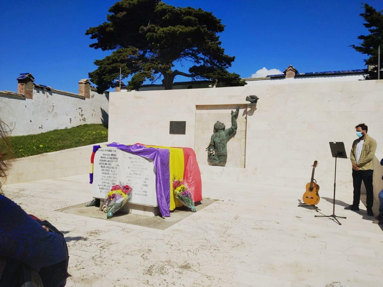 Un momento del acto celebrado en el cementerio de Tarifa.