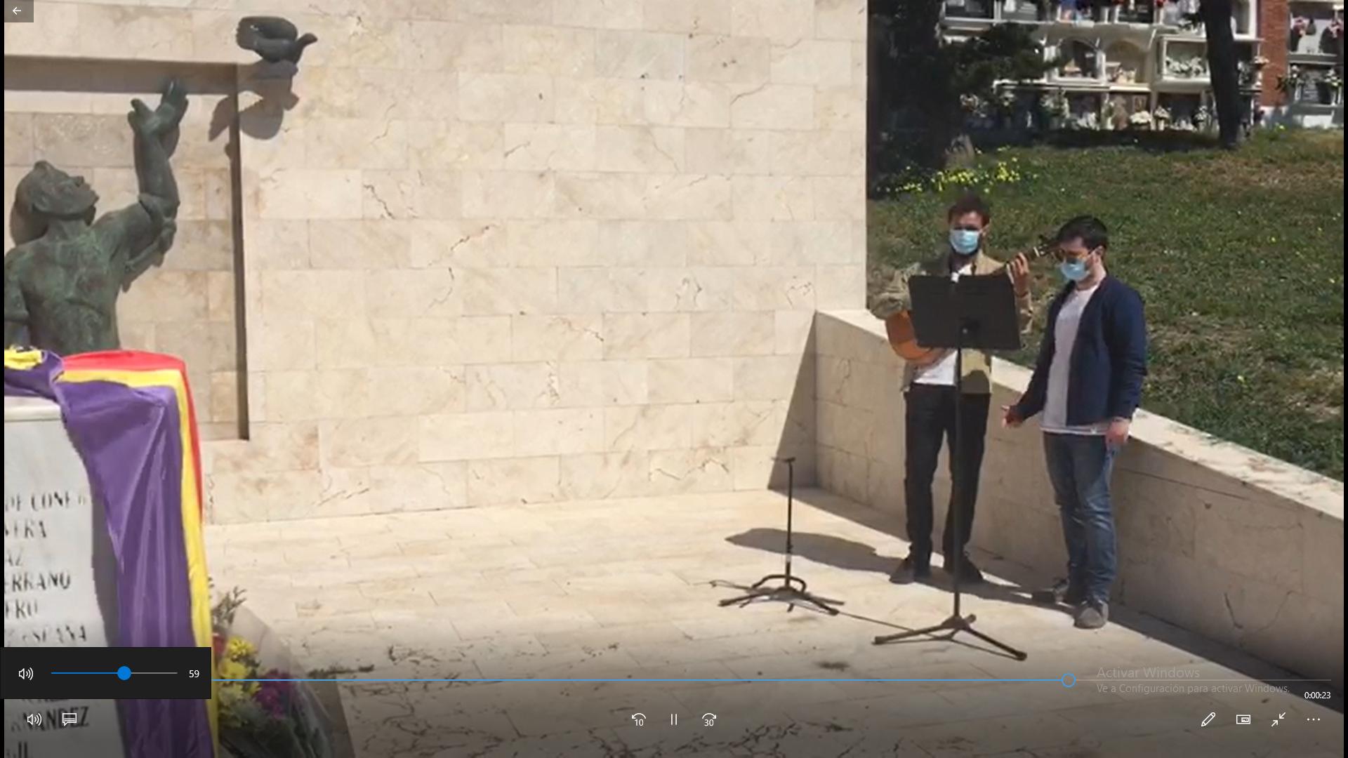 José Francisco Castro y Curro Moya cantan en el cementerio de Tarifa en recuerdo a las víctimas del franquismo, hoy sábado 17 de abril.