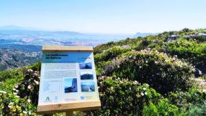 Uno de los paneles explicativos recientemente instalados en uno de los senderos hechos por los presos en la sierra de Algeciras.